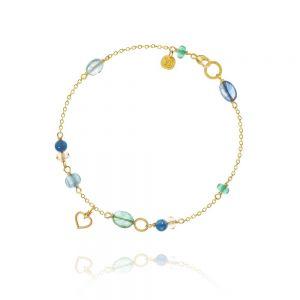Dulong - Piccolo Sea Breeze armbånd i 18kt guld. Langs den delikate kædeer enkelte små vedhæng samtblå safir, smaragd, gul citrin, kyanite og akvamarin. PIC4-A1115.