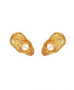 Hultquist - Mini Oyster øreringe i forgyldt sølv. De unikke ørestikker er designet som små østers, hver med en lille fin ferskvandsperle. Mål: 1 cm. S08064-G.